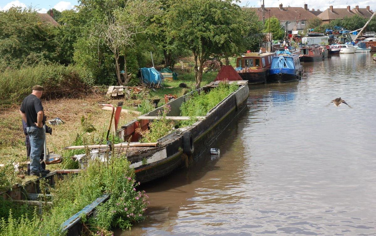 Granny Buttons: Narrowboat graveyards and salvage yards for