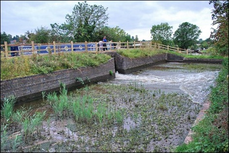 Filling a side pond on the Droitwich Junction Canal
